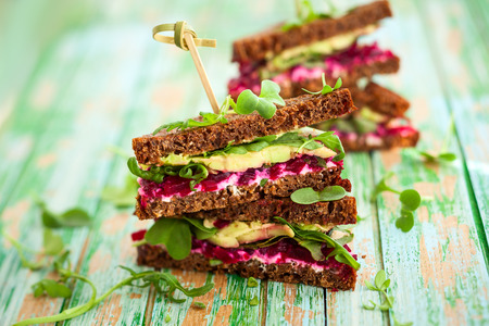 sandwich with beet,cheese,avocado and arugula Stockfoto