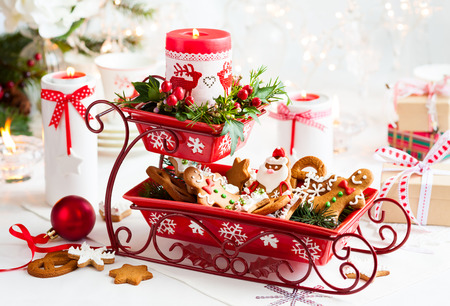 Christmas table decoration with biscuits,flowers and candles Stockfoto