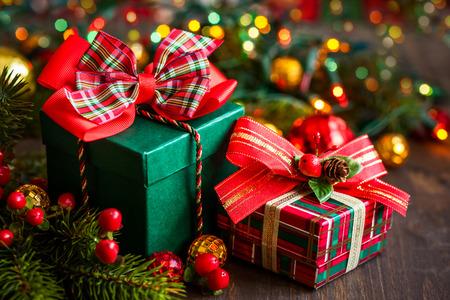 Kerst cadeau dozen met versieringen Stockfoto