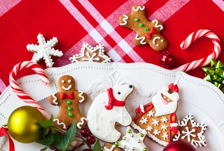 Biscuits et des bonbons faits maison en pain d'épice sur une plaque Banque d'images - 31794758