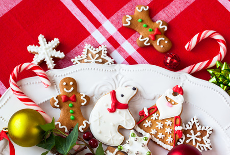osos navide�os: Galletas de jengibre caseros y dulces en un plato