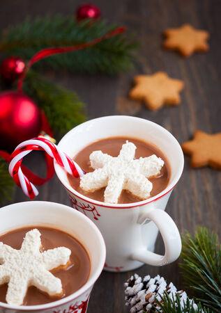 chocolate caliente: Chocolate caliente con malvaviscos copos de nieve Foto de archivo