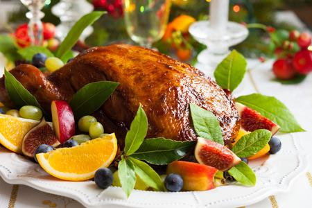 cena navide�a: Pato asado con frutas para Navidad