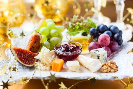 tabla de quesos: Tabla de quesos para Navidad Foto de archivo