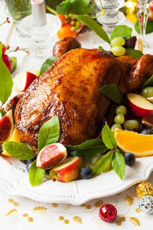 Gebratene Ente mit Früchten zu Weihnachten Standard-Bild