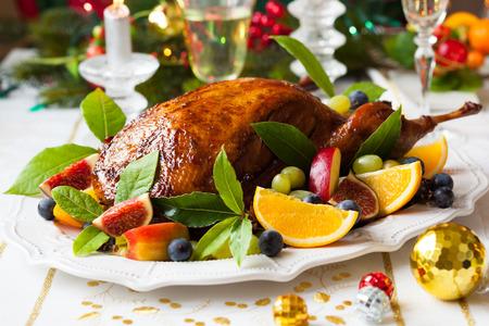 feuille de vigne: Canard rôti aux fruits pour Noël Banque d'images