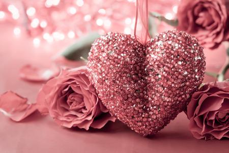 バレンタインの日の心とバラを背景。ビンテージ スタイル