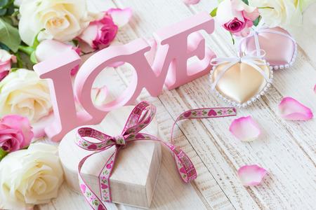 バレンタインのギフト ボックス、コンセプトの文字「愛」と古いヴィンテージの木製の背景の花