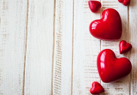 Rote Herzen auf dem Vintage-Holz-Hintergrund