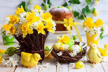 Wielkanoc tabeli dekoracji ze świeżych żonkile, piskląt i jaj
