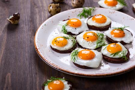 huevos de codorniz: Canapés Preparación codorniz huevo con pan integral de centeno para Pascua
