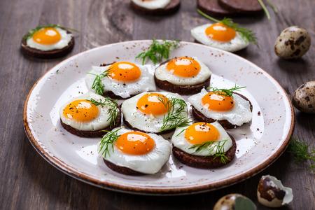 huevos fritos: Canapés Preparación codorniz huevo con pan integral de centeno para Pascua