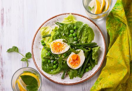 緑の豆、エンドウ豆、卵の春サラダ