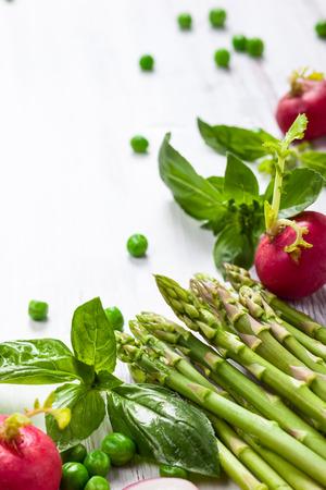 흰색 나무 테이블에 신선한 야채 스톡 콘텐츠