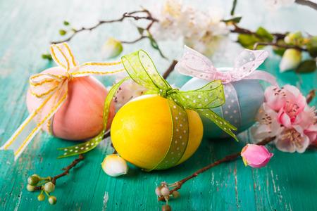 Osterdekoration mit Frühlingsblumen und Eier