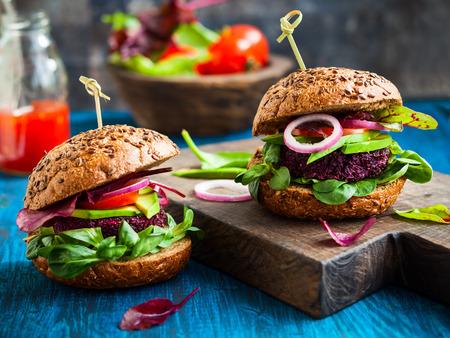 légumes vert: Veggie betterave et quinoa hamburger à l'avocat