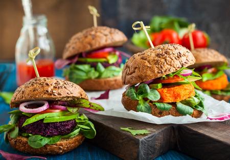 comiendo pan: Hamburguesas de remolacha y zanahoria Veggie con aguacate Foto de archivo