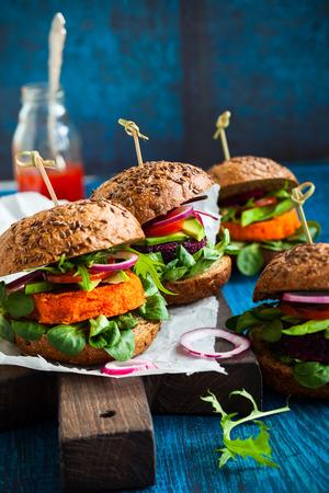 hamburguesa: Hamburguesas de remolacha y zanahoria Veggie con aguacate Foto de archivo