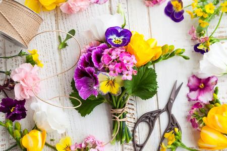 tijeras: Hermoso ramo de flores en la mesa de madera
