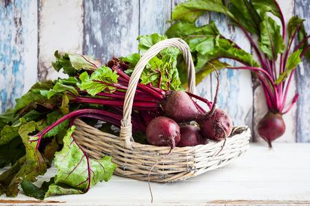 betabel: Remolacha orgánica fresca con hojas verdes en una cesta