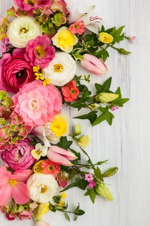 mazzo di fiori: Fiori cornice su sfondo bianco di legno. Vista dall'alto con spazio di copia