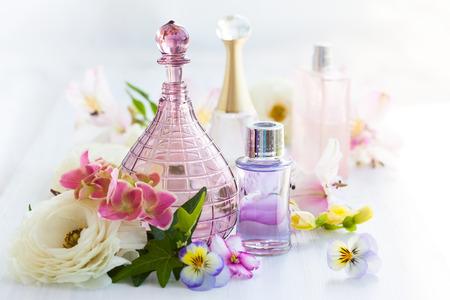 Riech- und Aromaölen Flaschen von frischen Blumen umgeben Lizenzfreie Bilder