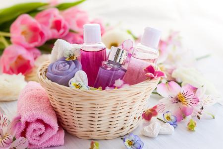 Artículos de baño Spa situado en canasta con flores frescas Foto de archivo - 39563255