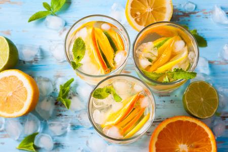 verfrissende koude citrus water met mint.top uitzicht