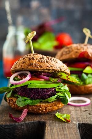 Veggie bieten en quinoa hamburger met avocado
