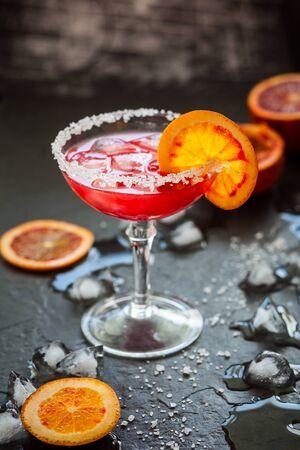margarita cocktail: Blood Orange Margarita en el vidrio con borde con sal