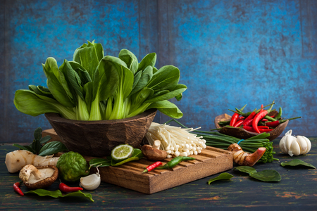 epices: Assortiment asiatique de vegetablesmushrooms épices et herbes fraîches