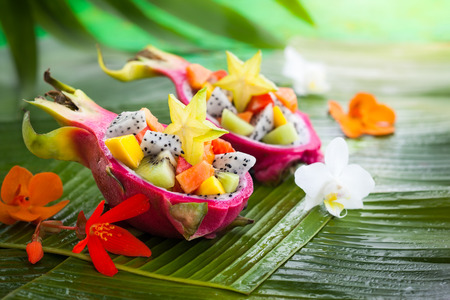 Exotisch fruit salade geserveerd in een halve dragon fruit Stockfoto - 40863151
