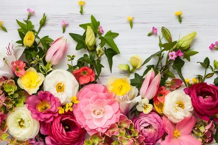 flowers: Marco de las flores en el fondo de madera blanca. Vista superior con espacio de copia