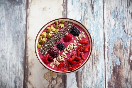 Ontbijt berry smoothie kom overgoten met goji berriesraspberry blackberry pompoen zonnebloem en chia zaden. Stockfoto