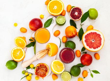 Bereiding verse citrus sappen. Bovenaanzicht Stockfoto