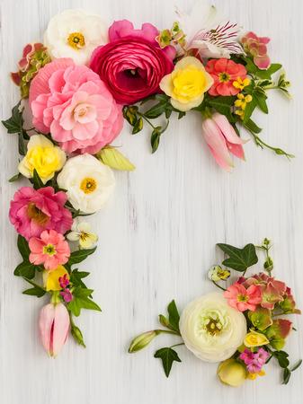 木製の白い背景の上の花のフレーム。コピー スペース平面図