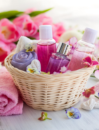productos de belleza: Artículos de baño Spa situado en canasta con flores frescas