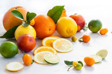 Geassorteerde verse citrusvruchten met bladeren Stockfoto