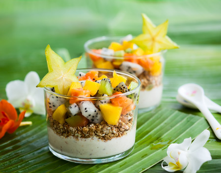 Gesundes Frühstück mit exotischen Früchten, Joghurt und Müsli Lizenzfreie Bilder
