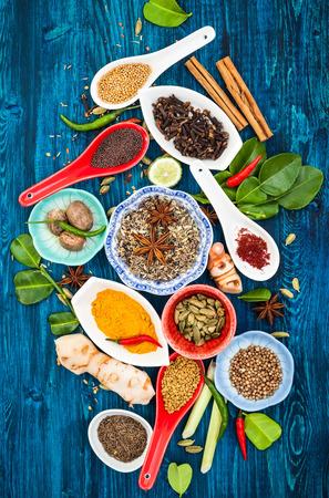 chinesisch essen: Verschiedene asiatische Gewürze und Kräuter auf einem blauen Holz background.Top Ansicht Lizenzfreie Bilder