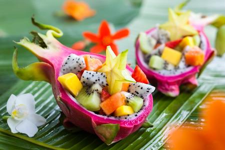 Ensalada de fruta exótica sirve en medio de una fruta del dragón
