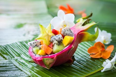 Exotisch fruit salade geserveerd in een halve dragon fruit