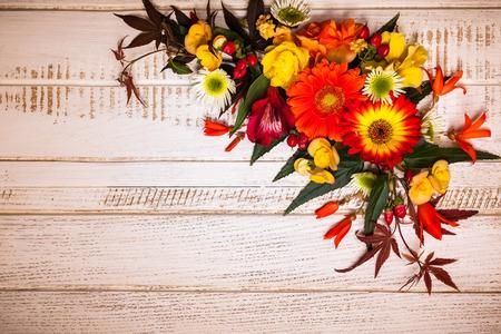 오색 꽃과 빈티지 나무 배경에 열매입니다. 복사 공간 상위 뷰