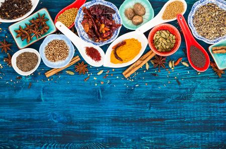 chinesisch essen: Verschiedene asiatische Gewürze auf einem blauen hölzernen Hintergrund. Aufsicht