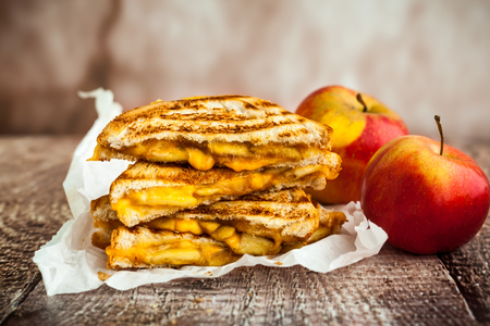 Gegrilde kaas sandwich met gekarameliseerde appels Stockfoto