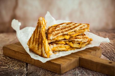 bocadillo: Sándwich de queso con manzanas caramelizadas