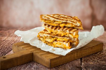 Sandwich au fromage grillé aux pommes caramélisées Banque d'images - 44468803