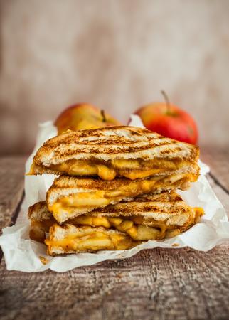 Gegrilde kaas sandwich met gekarameliseerde appels