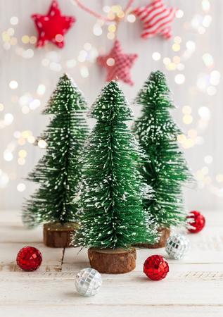 verticales: Tres árboles de Navidad decorativo en el fondo de madera blanca Foto de archivo