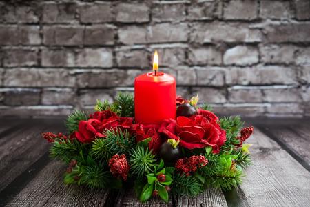 Kersttafel decoratie met brandende rode kaars